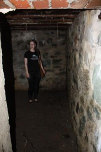 Guide Kine Tangstad besiktiger bunkeren.